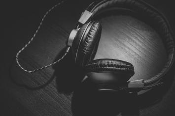 headphones-690685_640